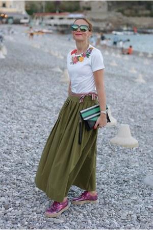 olive green souvenir skirt - white rose a pois t-shirt