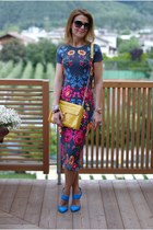 Floral bodycon dress and yellow bag