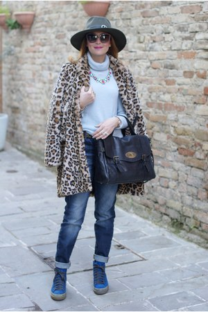 black no brand bag - beige faux fur Zara coat - blue Noisy May jeans