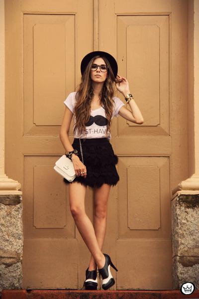 white Aluska Brasileiro t-shirt - black romwe skirt