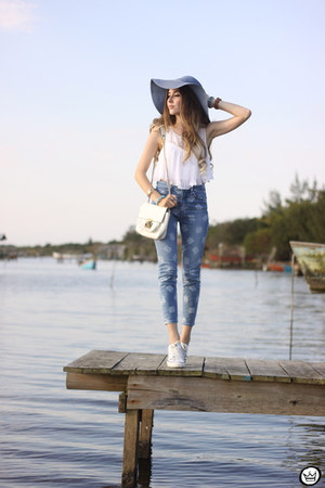 white Moikana top - light blue Gap pants