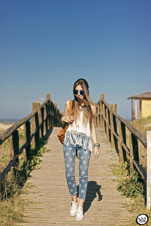 white Herfashionbox t-shirt - navy zeroUV sunglasses - blue Gap pants
