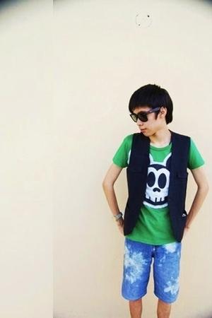 black vest - green shirt - blue shorts