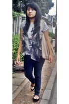 black scarf - black shoes - blue jeans - gray t-shirt