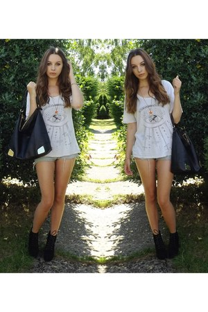 white Urban Outfitters t-shirt - black H&M bag