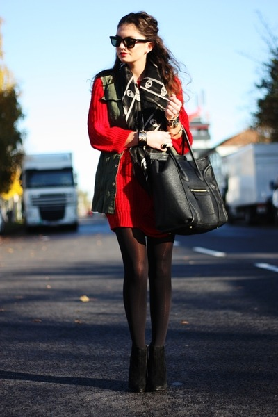 red Romwecom sweater - black VJ-style bag - dark green Romwecom vest