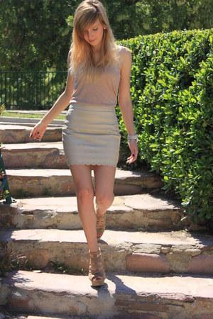 nude H&M shirt - nude Zara sandals