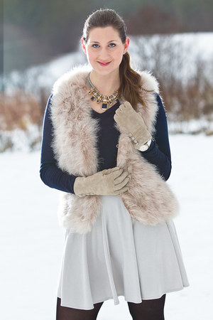nude Hallhuber vest - navy Gaastra sweater - tan H&M gloves - navy Zara necklace