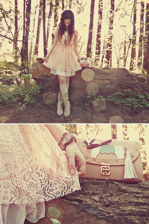 light pink Mochi Beaucoup bag - cream Durango boots