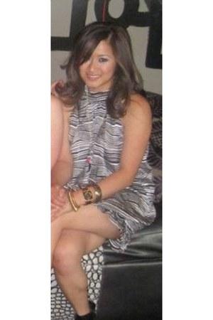 silk-polyester Bebe dress - Forever 21 bracelet