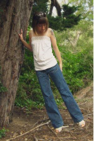 beige top - blue jeans - beige shoes
