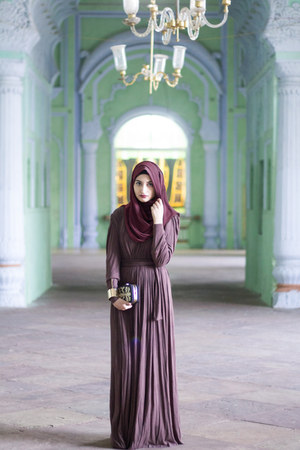 dark brown Vajor dress - crimson Inayah scarf