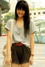Black-shorts-gray-shirt-red-belt-beige-bag