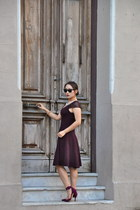 crimson deletta dress - eskell sunglasses - crimson Zara heels - H&M necklace