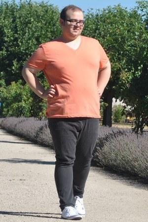orange v-neck H&M t-shirt - black skinny jeans H&M jeans - eggshell H&M sneakers