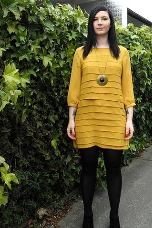 mustard dress - necklace