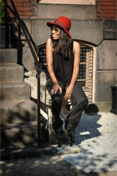 maroon felt Lucky Brand hat - black cotton Urban Outfitters shirt