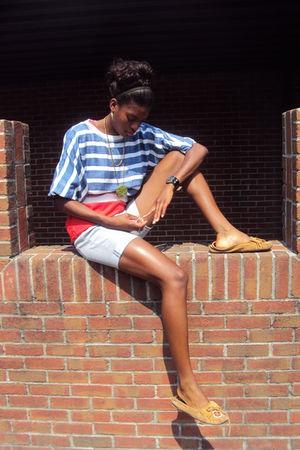 red shirt - gray shirt - gray shorts - orange shoes