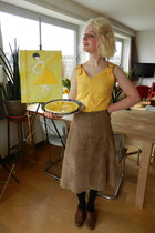 light yellow skirt - light brown skirt - eggshell hair accessory