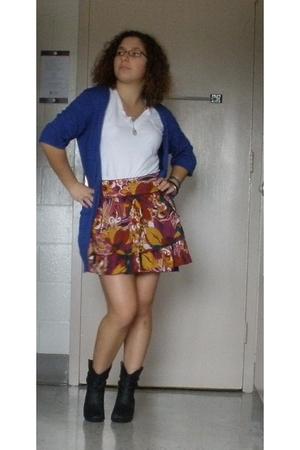 gold XOXO skirt - white t-shirt - black Rampage boots