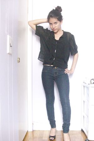 black Urban Outfitters top - blue DKNY jeans - black New York and Company shoes