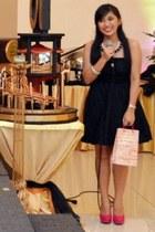 black dress - hot pink pumps