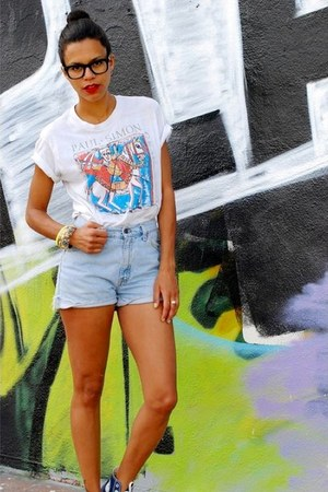 sky blue Levis shorts - white vintage t-shirt - navy Converse sneakers