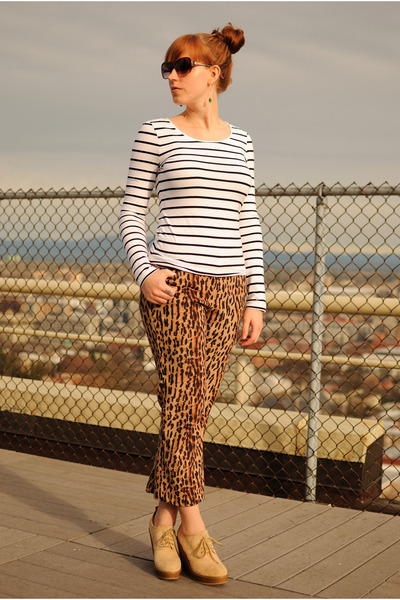 479ca6f8ee3f brown leopard print pants - beige wedge boots - white striped H M shirt