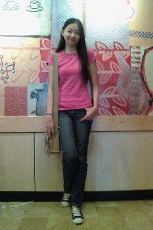 navy jeans - hot pink shirt - camel bag - navy sneakers