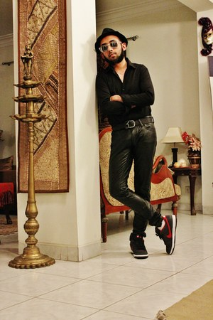 black cotton hat - black shirt - black pants - black leather belt