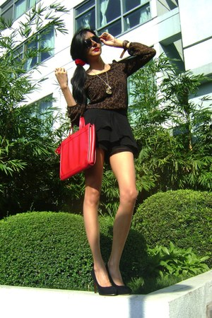 black pumps shoes - red bag - black shorts - red scrunchie moms accessories - da