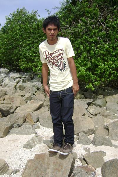 cream seed t-shirt - blue slim fit Levis pants - brown adidas sneakers