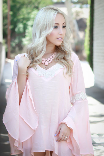 light pink flowy NoaElle top - white short hollister shorts