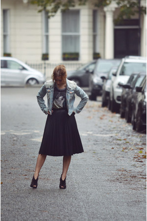 black leather pleated Topshop skirt - Forever 21 t-shirt - black D&G heels