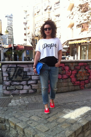 white stamp handmade t-shirt - red H&M shoes - boyfriend jeans Levis jeans