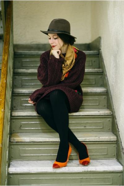 maroon mens oversized IZOD sweater - brown Christys hat