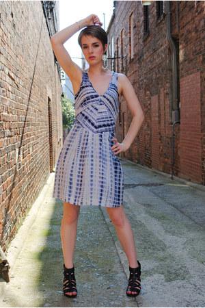 blue tie dye Sugarlips dress - black Nine West wedges