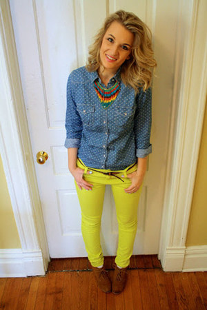 blue shirt - yellow jeans - brown wedges