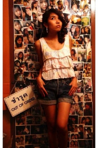 Kid on the wall blouse - Levis shorts