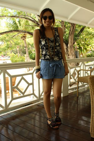 black H&M top - blue Forever 21 shorts - black Chinese Laundry shoes