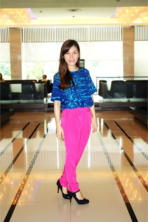 blue HK top - hot pink Zara pants