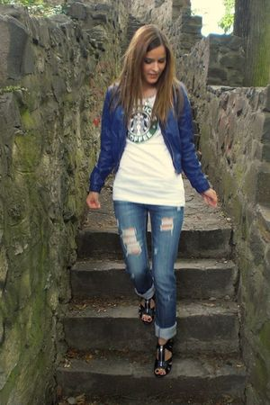 white Starbucks t-shirt - blue jeans - blue jacket - black shoes