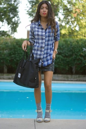blue flannel Uniqlo shirt - black duffel Herschel Supply Co bag