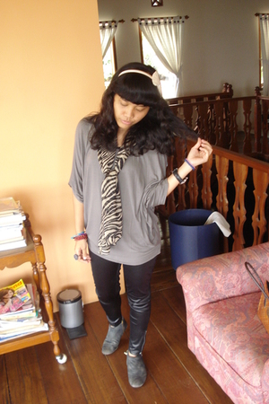 black leggings - blue shoes - gray Gaudi top - beige scarf - pink