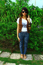 vest - t-shirt - jeans - shoes