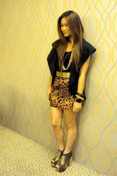 gold DAS shoes - brown WAGW shorts - black Bayo top - black WAGW vest