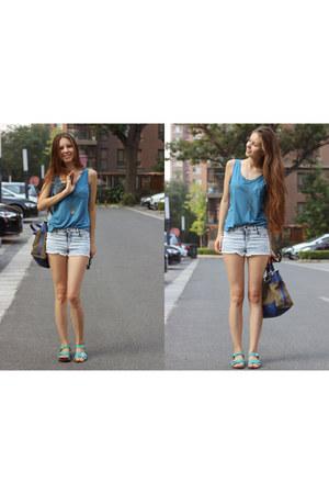 turquoise blue Uniqlo t-shirt