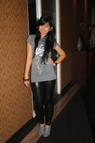 black leggings - gray boots - gray t-shirt - black accessories