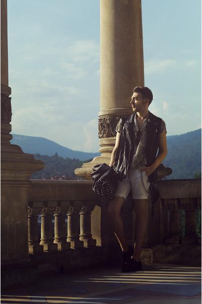 Black-zara-boots-dark-khaki-shirt-off-white-pull-bear-shorts