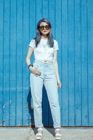 white cropped t-shirt - light blue mom jeans Guess jeans